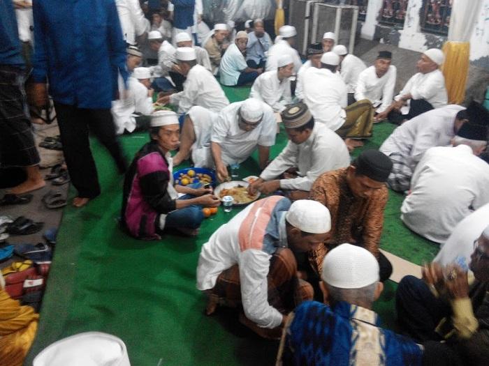 Makan Nasi Kebuli Beramai-ramai di Acara Maulid
